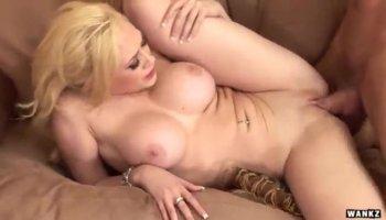Stunning babe Daria posing naked on cam